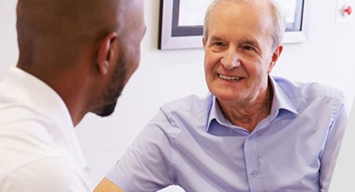 Patient und Arzt gehen Informationen zu einer klinischen Prüfung durch