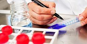 Arzt bereitet Medikamente für eine klinische Prüfung vor